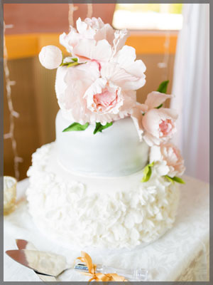 Three tier wedding cakes with icing pink roses.